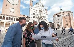 Turisti nel cuore di Cremona: voglia di bellezza ed evasione