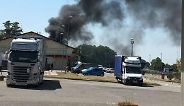 Furgone in fiamme nell'area di servizio, pronto intervento dei Vigili del Fuoco