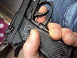 Operaio minacciato con una pistola (giocattolo) mentre taglia l'erba