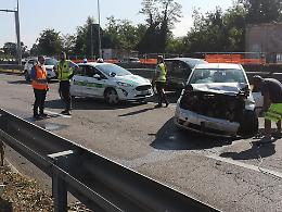 Incidente in tangenziale: perde il controllo dell'auto e finisce contro il guardrail