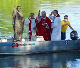 «In armonia con il Creato». Il vescovo prega sulla barca