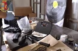 Arsenale illegale nel magazzino, arrestato dalla polizia 22enne cremonese