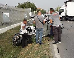Scontro frontale tra auto e camion, ferito il 22enne conducente dell'utilitaria