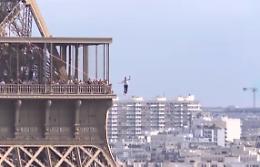 Funambolo percorre 600 metri sopra la Senna dalla Torre Eiffel