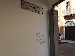 Via Monti, subito imbrattato il muro appena ripulito
