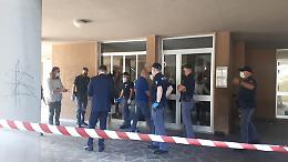 Omicidio al Cambonino, l'ingresso della polizia nel palazzo dell'accoltellamento