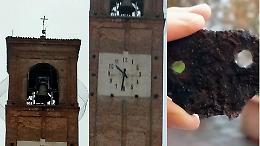 Fulmine sul campanile, danni all'orologio e quartiere senza luce