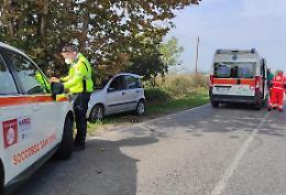 In auto contro un albero, 37enne trasportata in ospedale con l'elisoccorso