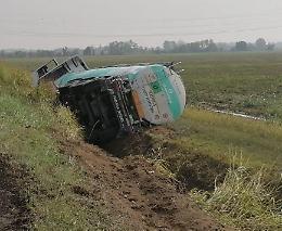 Camion carico di latte si ribalta nel fosso, ferite lievi per il conducente