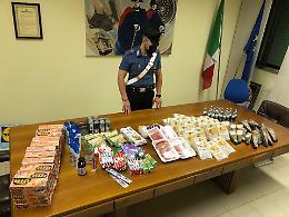 In auto decine di confezioni di generi alimentari, coppia denunciata