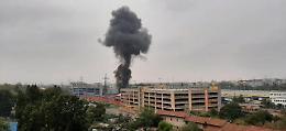 Piccolo aereo precipita sopra una palazzina nel Milanese, 6 morti