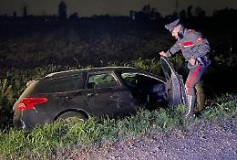 Non si fermano all'alt dei carabinieri, fuga e auto nel fosso