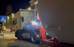 Transito di trasporto eccezionale, in tilt via Libertà a Piadena Drizzona