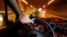 Guida ubriaco senza cintura e con la revisione scaduta, denunciato