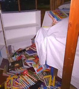 Volumi rovesciati e vetri rotti, vandalizzata la casetta dei libri