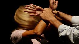 Nove anni di maltrattamenti: «Mio marito mi ha violentata»