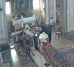 Ruba le elemosine nella chiesa di Cogozzo, ripreso dalle telecamere