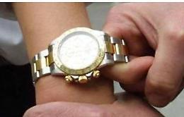 Abbraccia un'anziana e le sfila il Rolex:  denunciata 37enne
