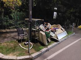 Rifiuti abbandonati sul marciapiede, ennesima inciviltà a Cremona