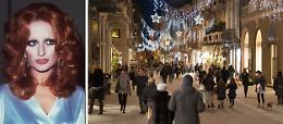 Natale nel segno di Mina: in centro le luminarie cantano le sue canzoni