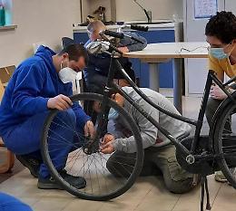 Inclusione, restyling di bici smarrite nel laboratorio della Santa Federici