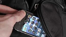 Furto e ricettazione di uno smartphone, due persone indagate