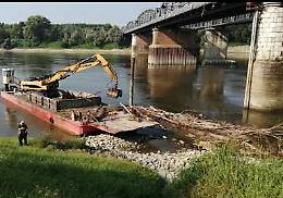 VIDEO Ponte sul Po, rimossi i detriti sotto il primo pilone