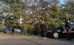 Auto fuori strada contro le piante, famiglia ferita