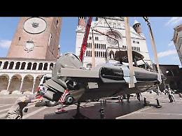 La barca Stradivari43 'approda' in piazza del Comune