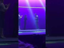 VIDEO Proposta di matrimonio sul palcoscenico di Grease