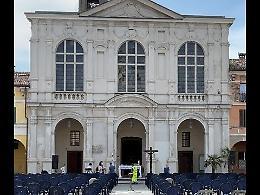 Abbattere la facciata della chiesa? La popolazione si divide