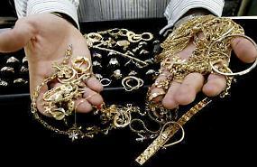 Porta-finestra scassinata, razzia di gioielli in oro