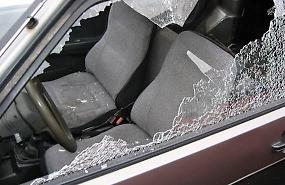 Borsa lasciata in auto, vetro rotto e furto davanti al cimitero