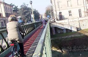 Serio, tronchi incastrati sotto il ponte: rimbalzo di responsabilità