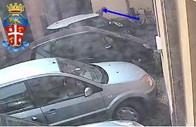 Auto davanti al passo carraio: indispettito buca una gomma