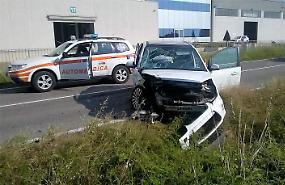 Violento schianto tra due auto, due feriti