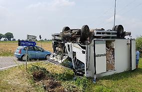 Incidente spettacolare: furgone butta giù un palo della luce e si ribalta