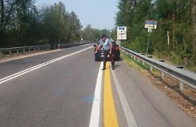Tampona una bicicletta, denunciato per lesioni stradali: ritirata la patente