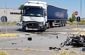 Incidente camion-moto, muore un cinquantenne