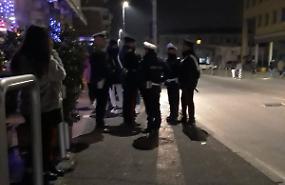 Abuso di alcol tra i minori, carabinieri e vigili davanti a un locale: i giovani clienti se ne vanno
