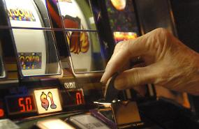 Slot machine, almeno a 100 metri dai bancomat