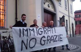 Sette migranti in arrivo, il paese spaccato in due
