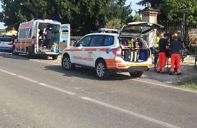 Uscita di strada con l'auto, due feriti all'ospedale