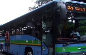 Troppa calca sul bus, passeggera si sente male