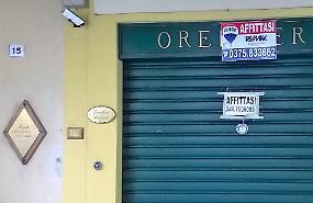 Serrande abbassate: il centro dei negozi sfitti