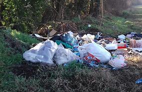 Emergenza rifiuti, vandali e incivili nei parchi
