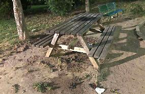 Vandali al parco, panchina di legno a fuoco