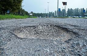 Oglio Po, su strade e parcheggi: 'Buche che sembrano crateri'