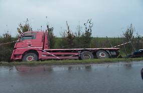 Camion finisce nel fosso: code e nessun ferito