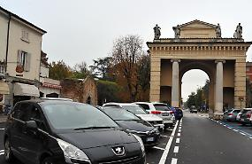Piazza Garibaldi, 12 stalli bianchi per la sosta gratuita
